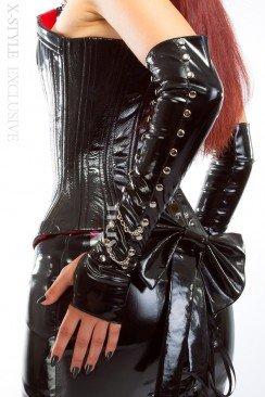 Лаковые перчатки с клепками